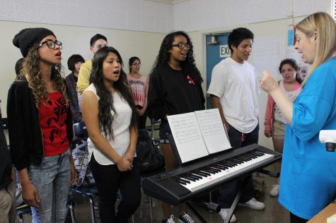 Jackie Gorski cues singers as they practice for Daniel Pearl World Music Day, which will be held on Oct. 23. Photo by Jordan Timsit