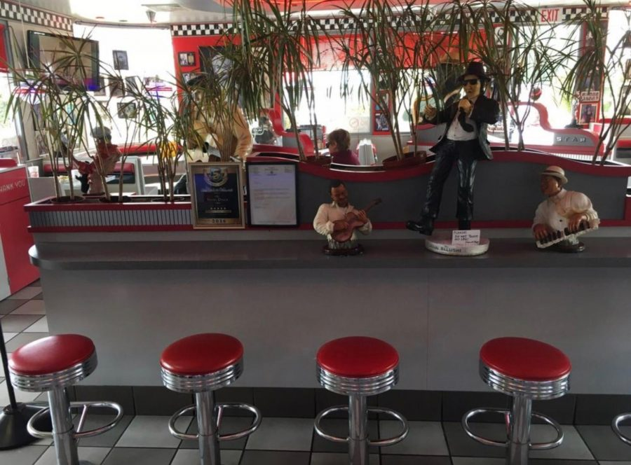 Star's Drive-In has many nostalgic aspects and iconic  figures of the 1950s in the interior of the restaurant. The restaurant offers many original American dishes such as hamburgers.