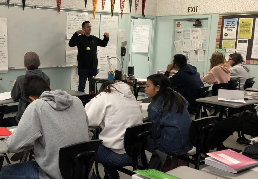 Freelance journalist and guest speaker Beto Duran gives reporting advice to Daniel Pearl Magnet High School's Journalism 1 students.