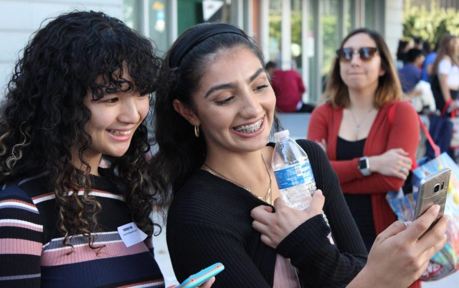Seniors Charmaine Posis and Blanca Larranaga pose for a selfie at the Los Angeles Cash for College event on Nov. 9.
