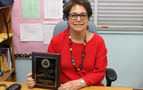 College Counselor Linda Zimring received the Associated Administrators of Los Angeles Community Volunteer Award.