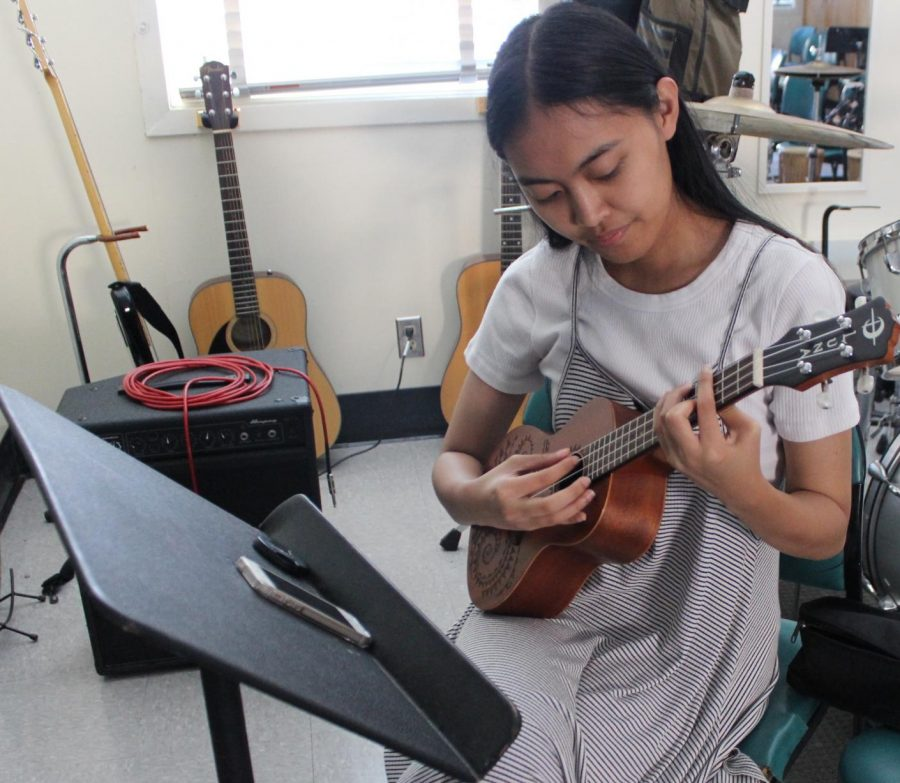 Senior Andionne Mendoza practices a song on the ukulele for Daniel Pearl World Music Day on Oct. 8.